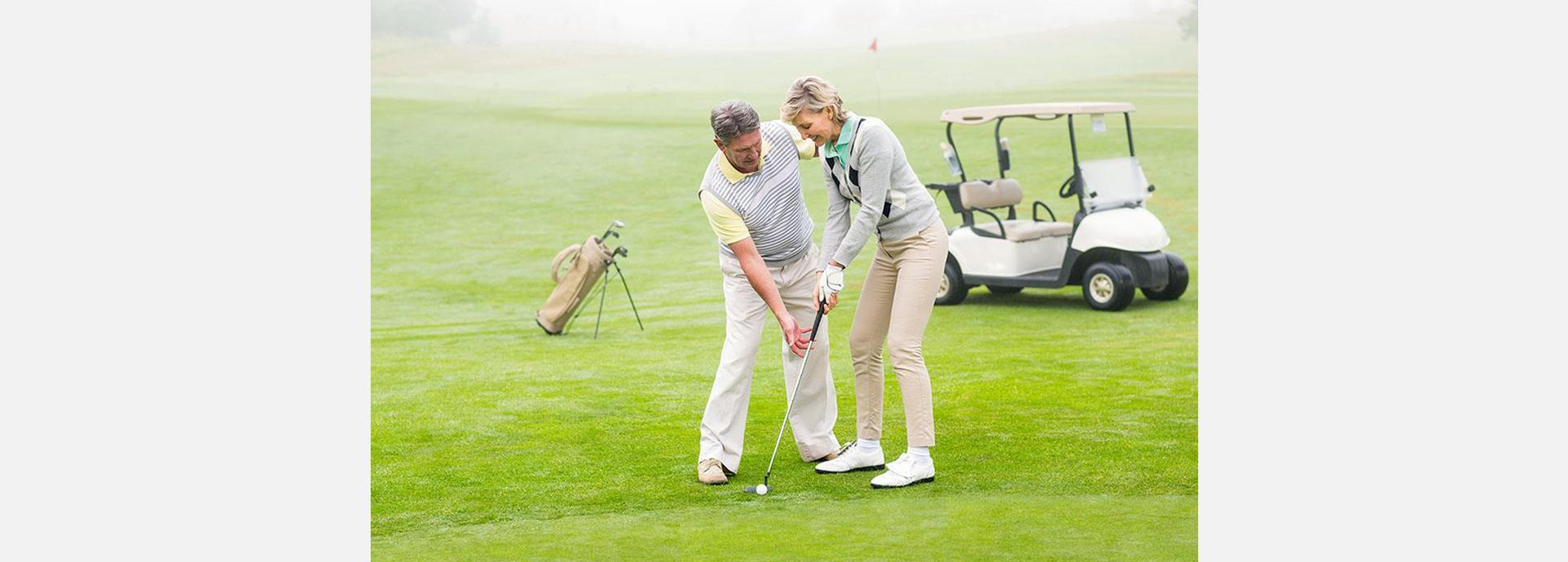 打高尔夫是全民运动老人小孩都可以打.jpg